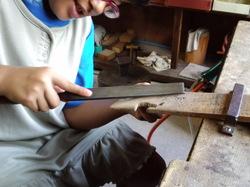 ヤスリで削り形を作ります