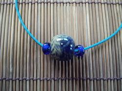 深い色合いのブルーのとんぼ玉