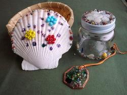 貝殻や瓶、ガラスプレート