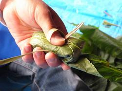 葉で包んですげの葉で結ぶ